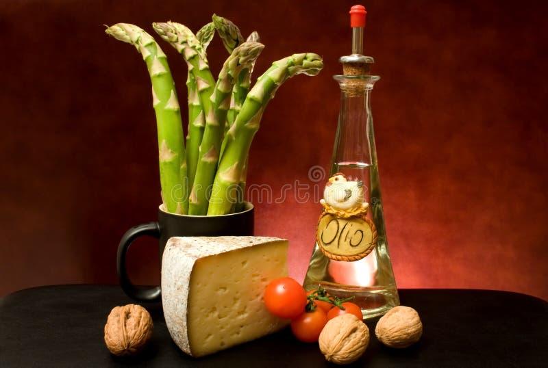 Todavía vida con el espárrago, el queso y el aceite de oliva fotografía de archivo libre de regalías
