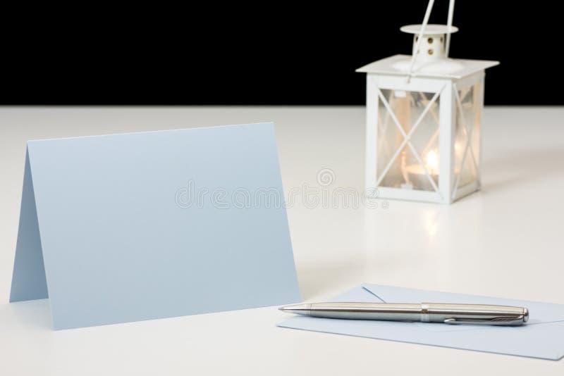 Todavía vida con el sobre, la tarjeta de papel y la pluma delante de la quema imagen de archivo libre de regalías