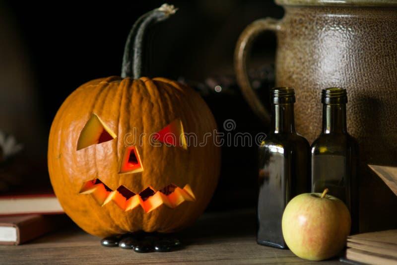 Todavía vida con la cara de la calabaza el Halloween en octubre imagenes de archivo