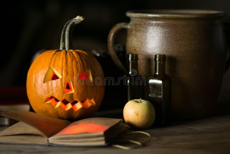 Todavía vida con la cara de la calabaza el Halloween en octubre fotografía de archivo