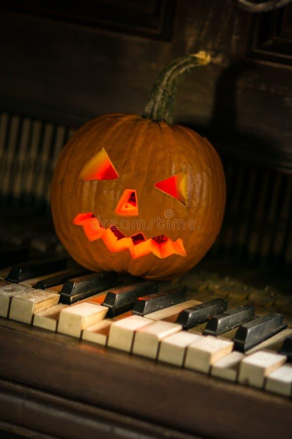 Todavía vida con la cara de la calabaza el Halloween en octubre fotos de archivo libres de regalías