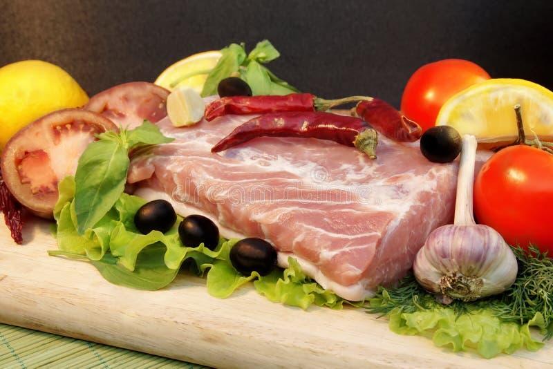 Todavía vida con la carne fresca y las verduras, XXXL imagen de archivo