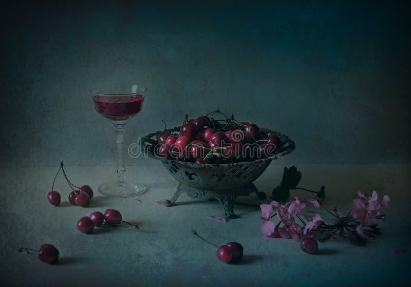 Todavía vida con la cereza y el vino fotos de archivo libres de regalías