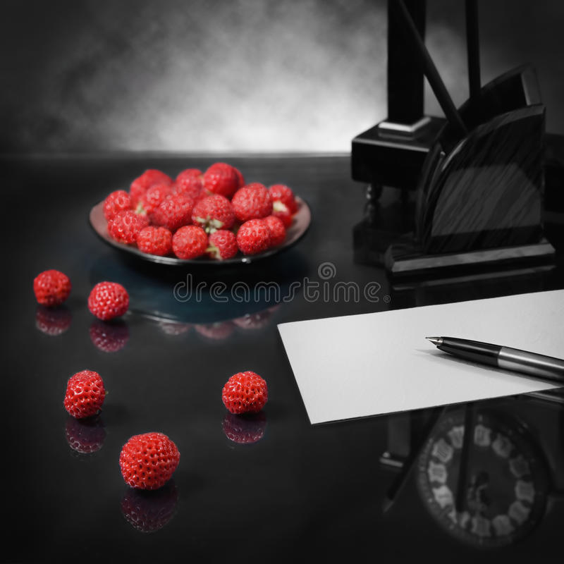 Todavía vida con la confesión del amor de la fresa foto de archivo libre de regalías