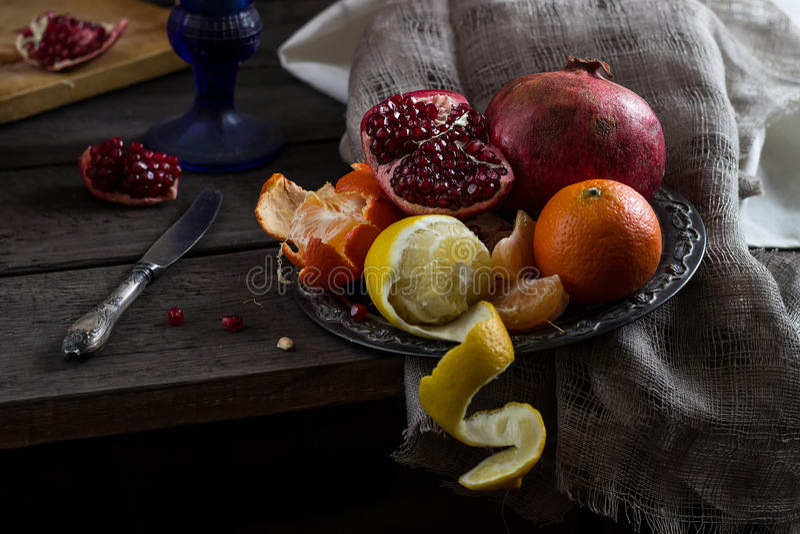 Todavía vida con la fruta imagenes de archivo