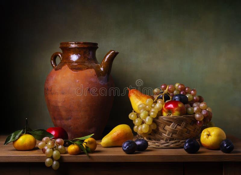 Todavía vida con la manzana y las uvas fotografía de archivo