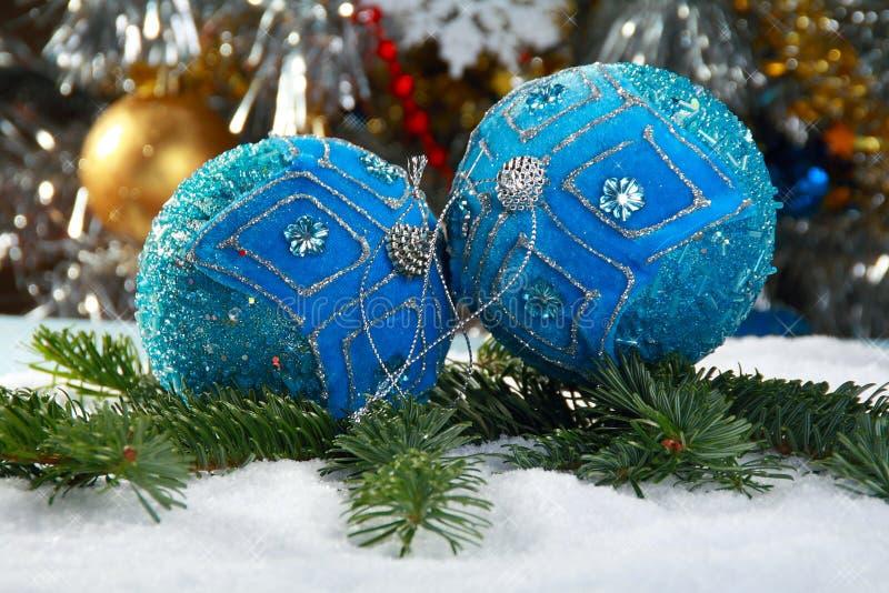 Todavía vida con las bolas azules de la Navidad. fotos de archivo libres de regalías