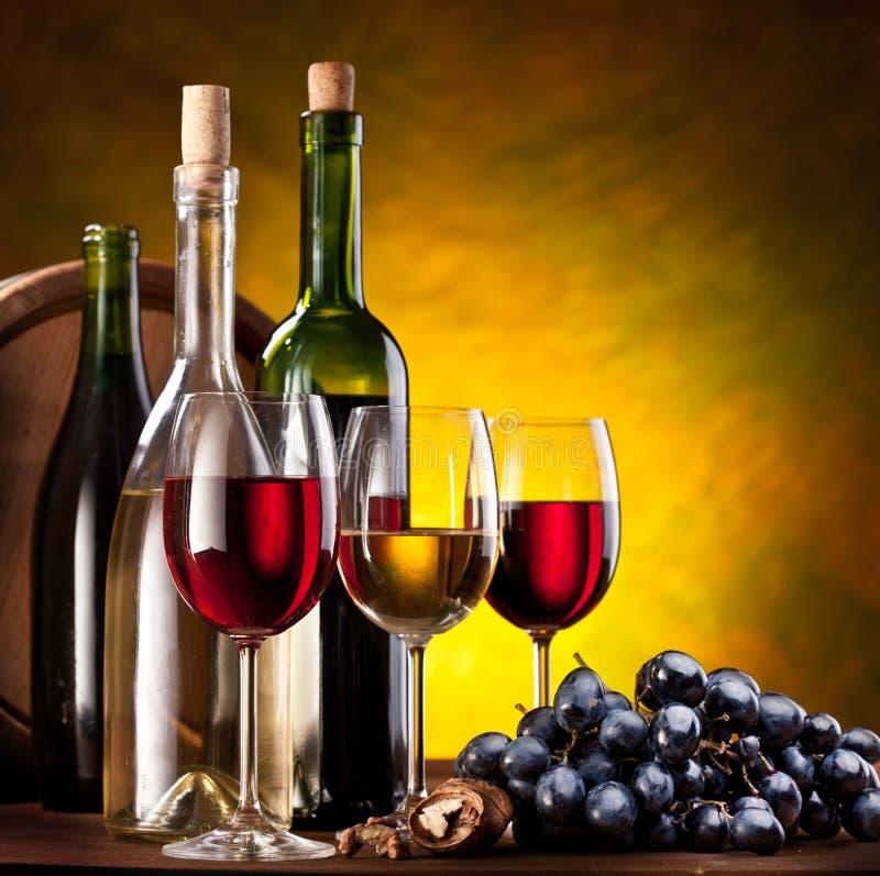 Todavía vida con las botellas de vino imagenes de archivo