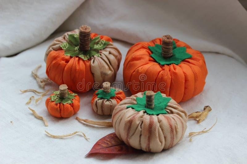 Todavía vida con las calabazas de la materia textil para Halloween fotos de archivo