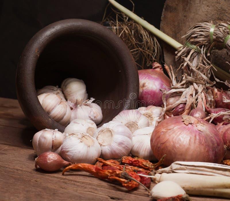 Todavía vida con las cebollas y cierre tailandés de la hierba para arriba foto de archivo libre de regalías