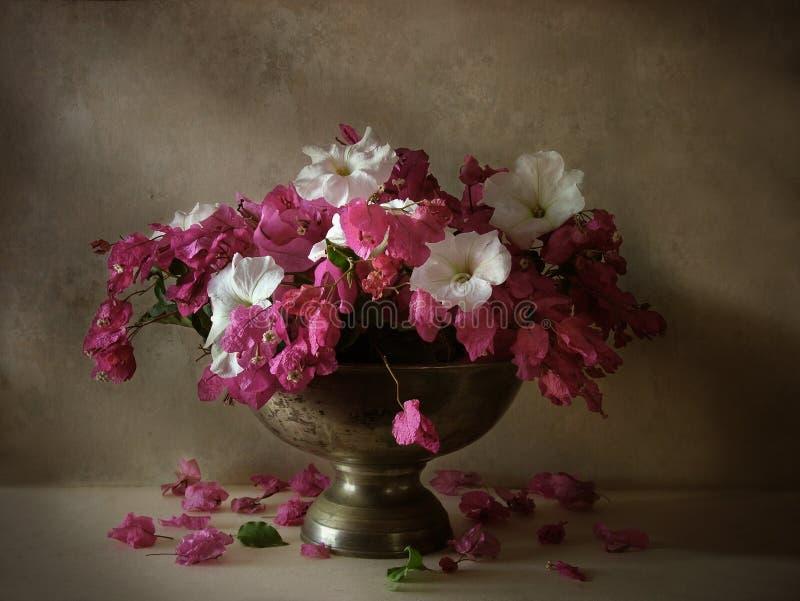 Todavía vida con las flores fotografía de archivo