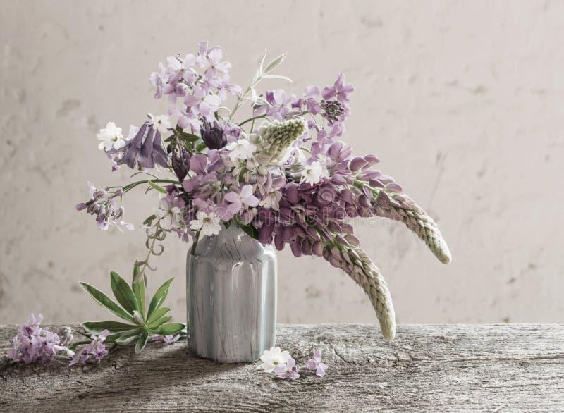 Todavía vida con las flores del verano foto de archivo