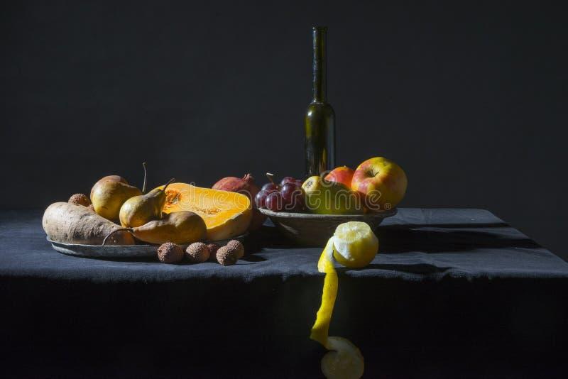Todavía vida con las frutas y el vino fotografía de archivo