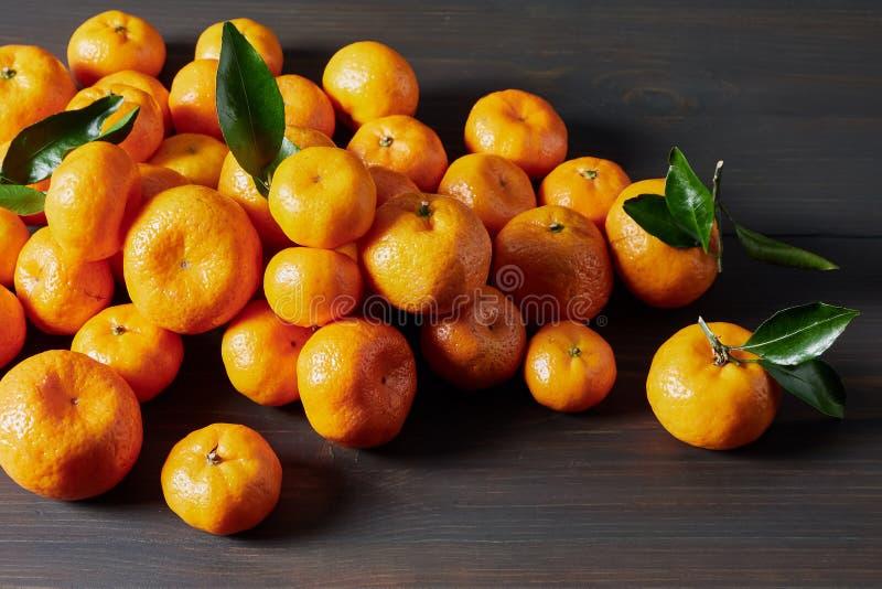 Todavía vida con las mandarinas que mienten en una tabla de madera foto de archivo