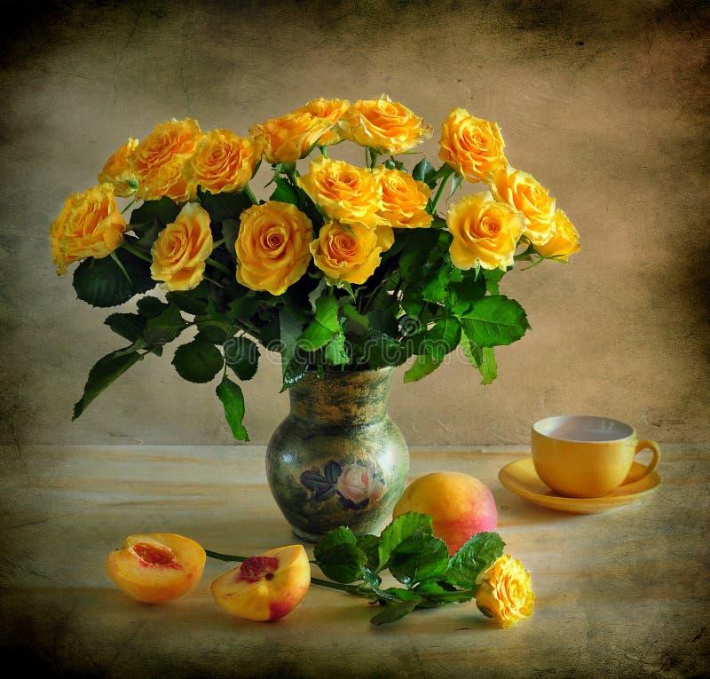 Todavía vida con las rosas amarillas fotos de archivo libres de regalías