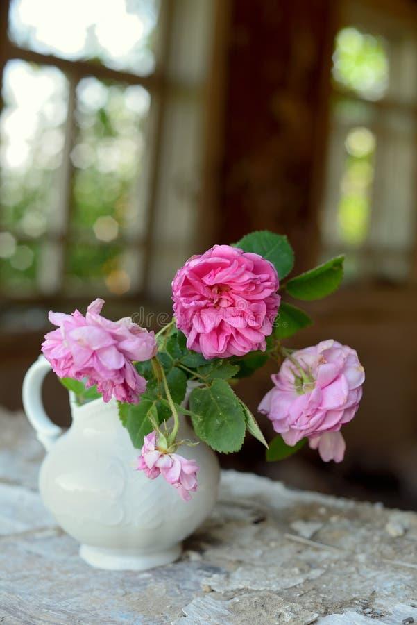 Todavía vida con las rosas descoloradas fotografía de archivo libre de regalías