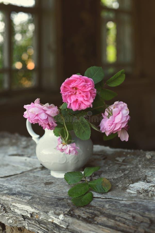 Todavía vida con las rosas descoloradas imagen de archivo