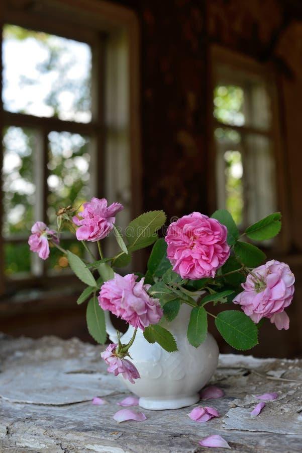 Todavía vida con las rosas descoloradas imagen de archivo libre de regalías