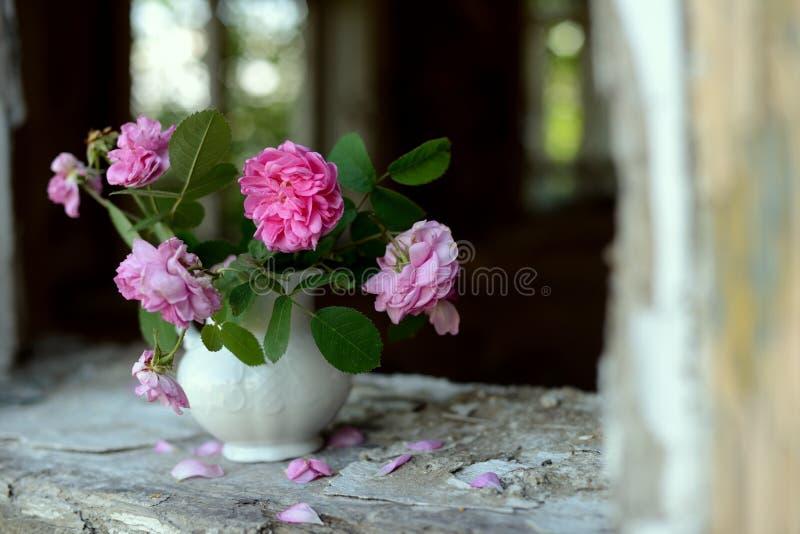Todavía vida con las rosas descoloradas fotografía de archivo