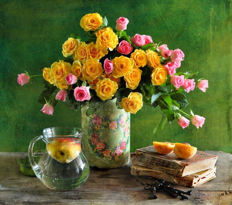 Todavía vida con las rosas y el melocotón foto de archivo libre de regalías