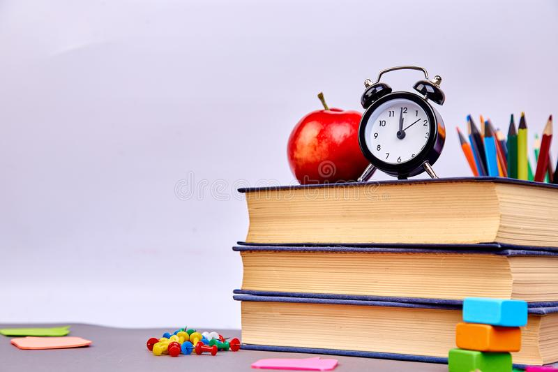 Todavía vida con los libros de escuela De nuevo a escuela imágenes de archivo libres de regalías