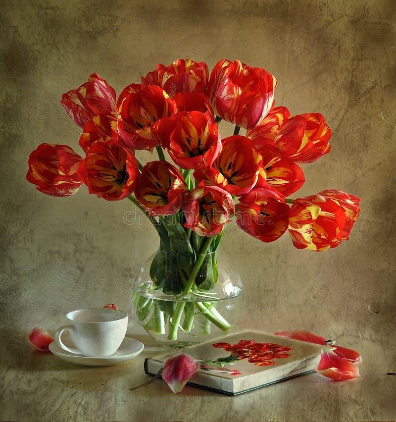 Todavía vida con los tulipanes foto de archivo