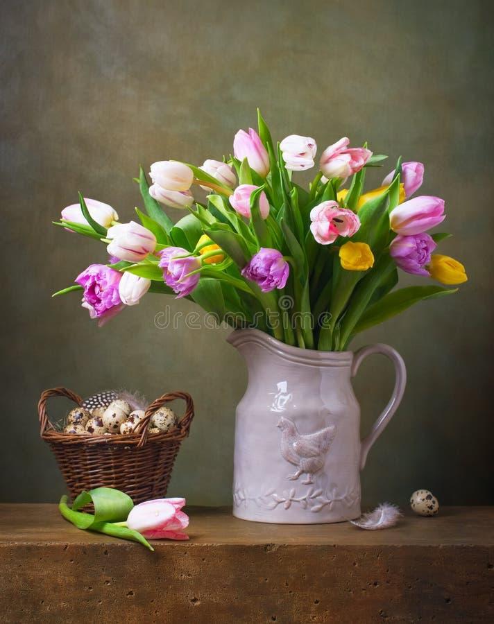 Todavía vida con los tulipanes y los tulipanes de las codornices foto de archivo
