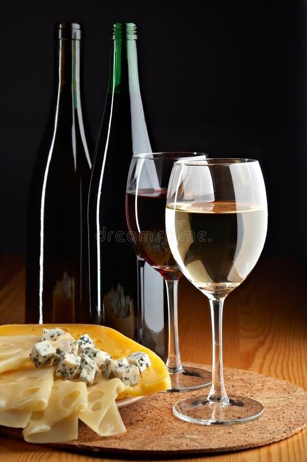 Todavía vida con los vinos blancos del queso, rojos y fotografía de archivo libre de regalías