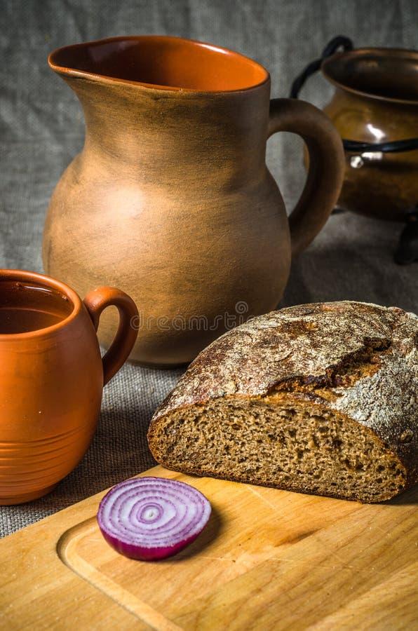 Todavía vida con pan hecho en casa y cerámica fotos de archivo