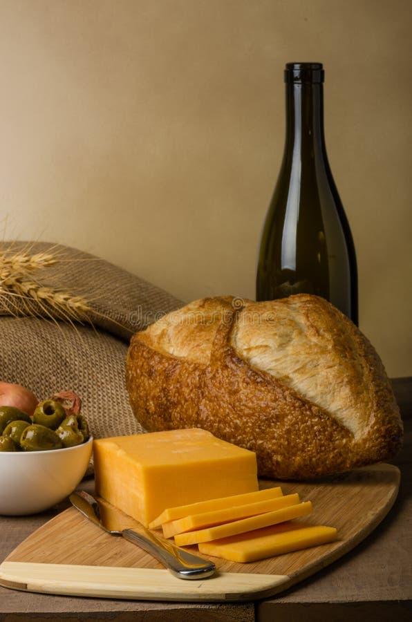 Todavía vida con queso y pan de la salchicha imagen de archivo