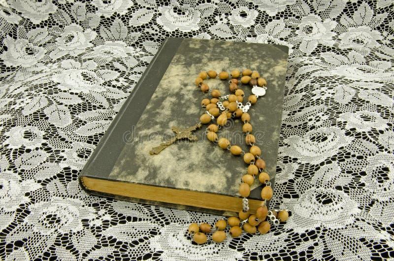 Todavía vida con un libro y un rosario fotos de archivo libres de regalías