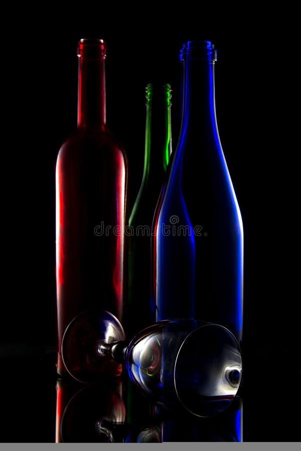 Todavía vida de botellas coloridas fotografía de archivo