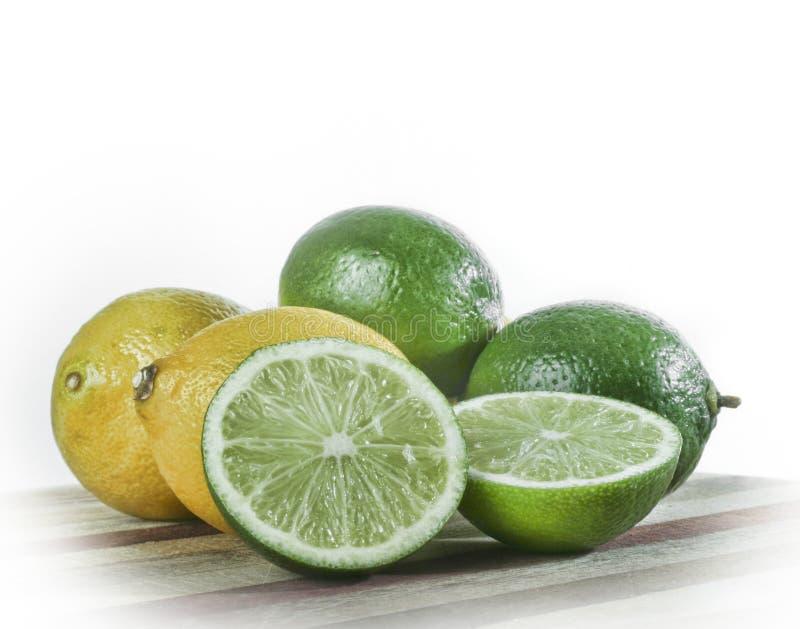 Todavía vida de cales y de limones fotos de archivo libres de regalías
