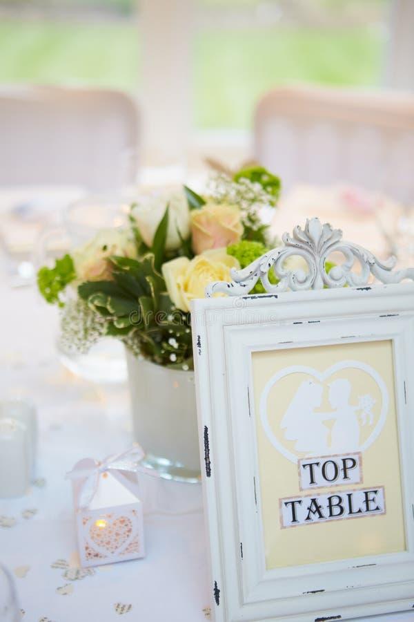 Todavía vida de decoraciones en la mesa de desayuno de la boda imagenes de archivo