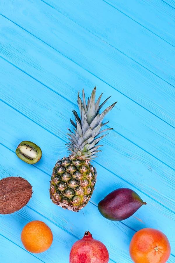 Todavía vida de frutas exóticas, visión superior fotografía de archivo libre de regalías