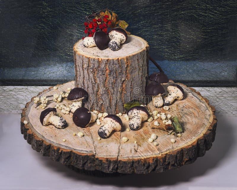 Todavía vida de galletas dulces en la madera derramada foto de archivo