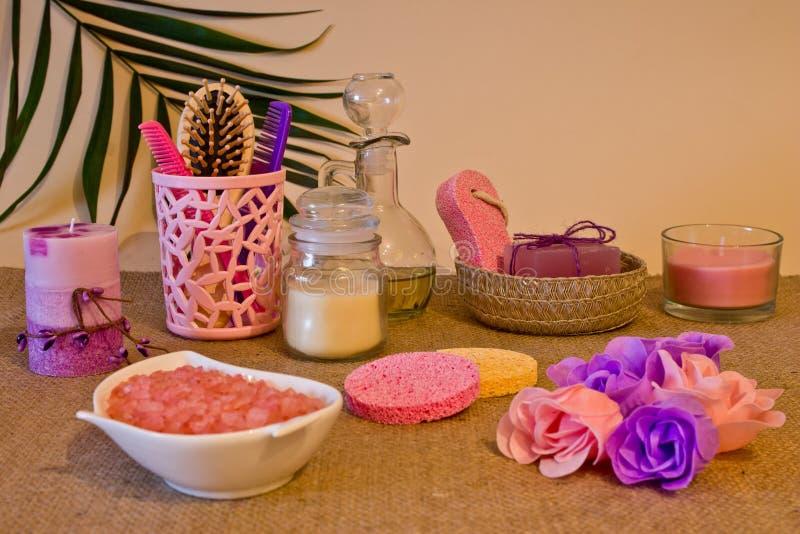 Todavía vida de herramientas y de medios para el skincare y el pelo en un co rosado fotografía de archivo