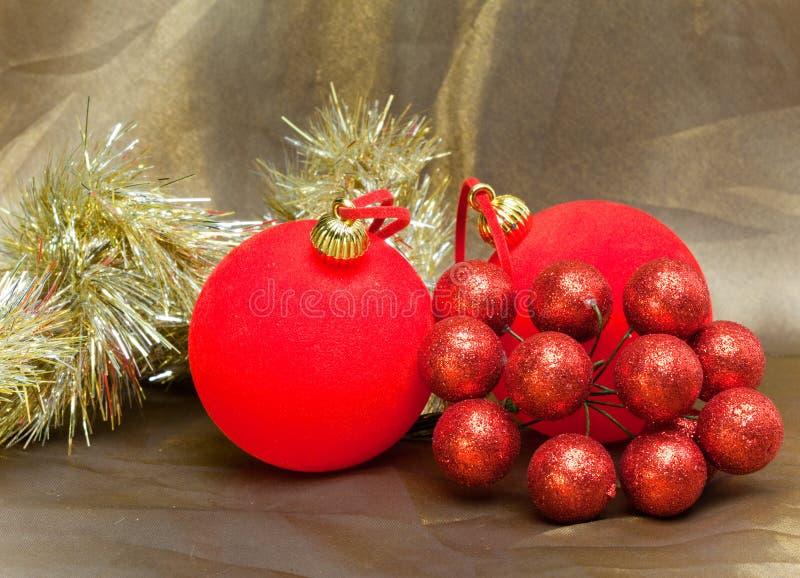 Todavía vida de la bola roja, de las bayas decorativas y de la malla del Año Nuevo fotos de archivo libres de regalías