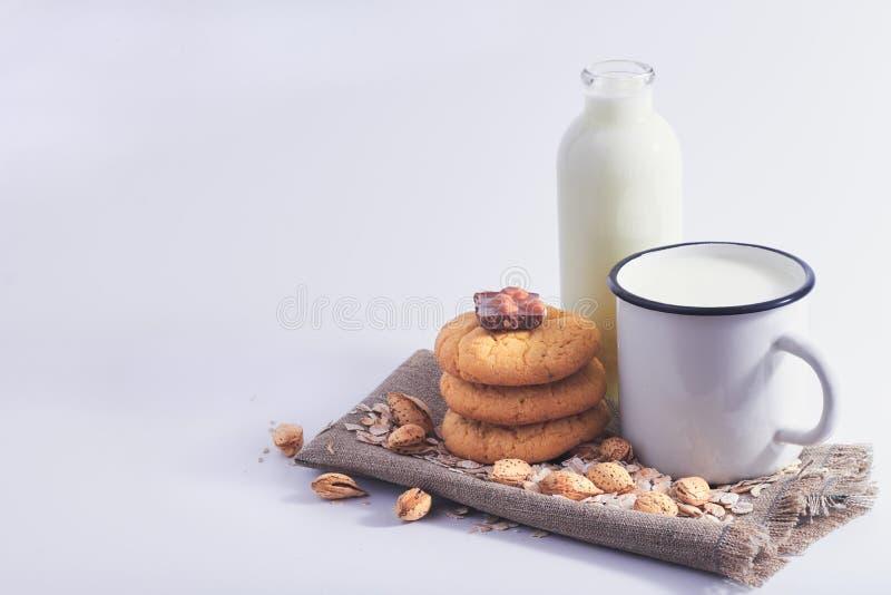 Todavía vida de la leche, de las nueces, de las galletas y del chocolate foto de archivo libre de regalías
