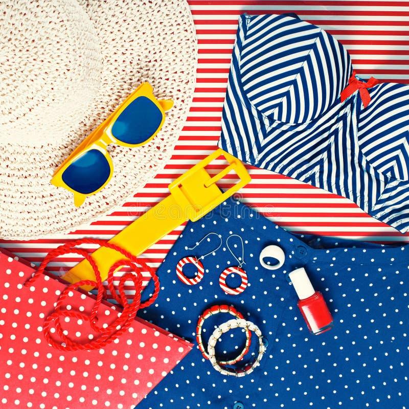 Todavía vida de la ropa temática de la playa para mujer imagen de archivo libre de regalías