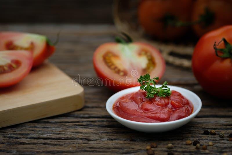 Todavía vida de la salsa de tomates madura fresca en fondo de madera, imagenes de archivo