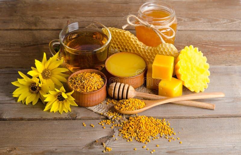Todavía vida de la taza de gránulo del té, de la miel, de la cera y del polen fotografía de archivo libre de regalías