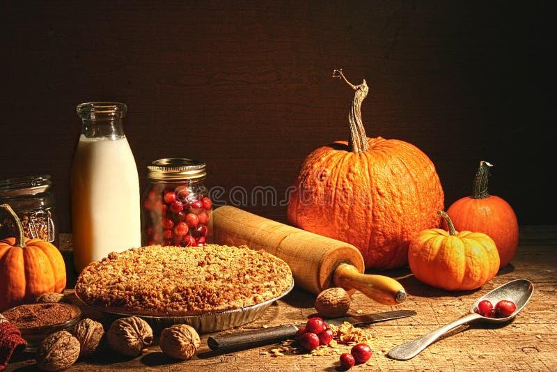 Todavía vida de las frutas del otoño y y de la empanada de la migaja fotos de archivo