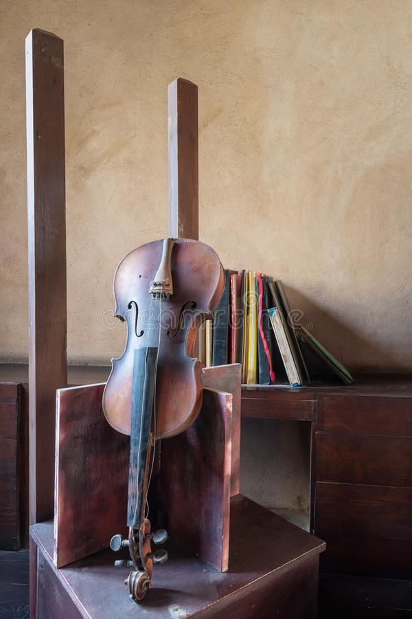 Todavía vida de los libros quebrados viejos quebrados del grunge del violín y del vintage imagenes de archivo