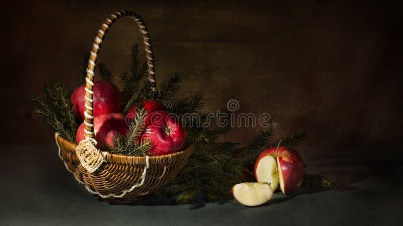 todavía vida de manzanas y del abeto fotos de archivo