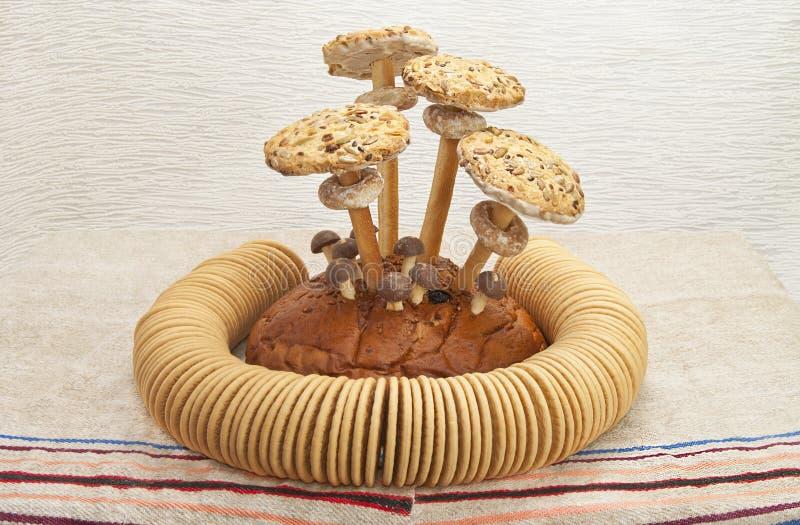 Todavía vida de pasteles y de panecillos imagen de archivo