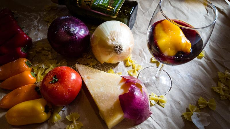 Todavía vida de verduras, del queso y del vino fotos de archivo libres de regalías