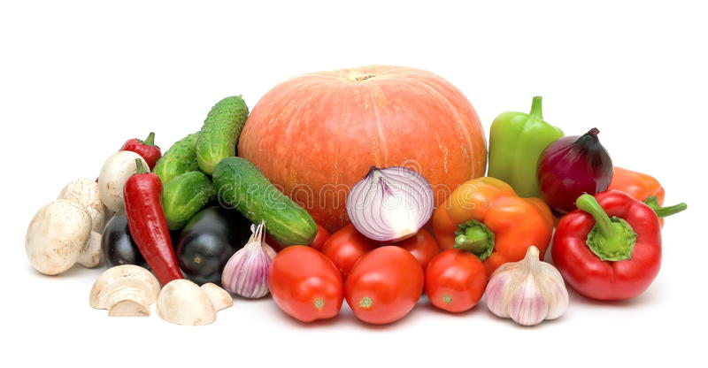Todavía vida de verduras frescas en el fondo blanco fotos de archivo