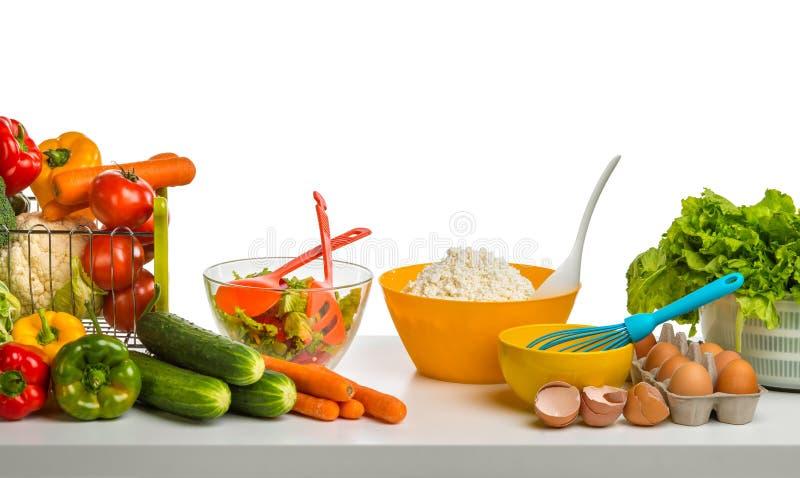 Todavía vida del queso, de las verduras y de los huevos en la tabla foto de archivo libre de regalías