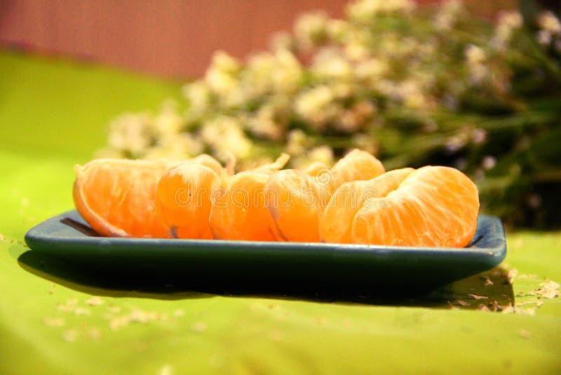 Todavía vida: mandarinas y flores foto de archivo